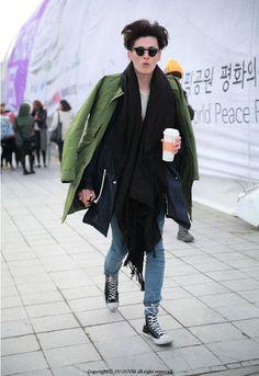 FW Seoul Fashion Week Street Fashion of Male Models Where : Olympic park, Seoul Korea Seoul Fashion, Street Fashion, Men's Fashion, Seoul Korea, Off Duty, Male Models, Sneakers Fashion, Menswear, Street Style