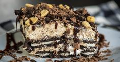 Chunky Peanut Butter Oreo Icebox Cake – 12 Tomatoes - This cool, creamy, and crunchy cake will satisfy any sweet tooth, and you won't even have to turn on the oven! Peanut Butter Desserts, Köstliche Desserts, Frozen Desserts, Frozen Treats, Delicious Desserts, Sweet Recipes, Cake Recipes, Dessert Recipes, Instant Recipes