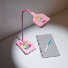 Het koele, witte licht van deze duurzame bureaulamp van Philips Disney Princess is ideaal voor concentratie tijdens het lezen of het maken van huiswerk.