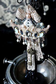 """Купить Брошь """"Королева"""" - бежевый, антик, приглушенно зеленый, персиково-бежевый, экрю, корона"""