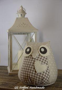 Ormai realizzato da qualche settimana, su richiesta, ecco il gufetto Cliff, un simpatico fermaporta in perfetto stile shabby, con i suoi occhietti grandi, ben spalancati e sempre vigili, dallo sgua… Bird Crafts, Dog Crafts, Felt Crafts, Fabric Crafts, Diy And Crafts, Diy Doorstop, Owl Sewing, Felt Owls, Owl Ornament