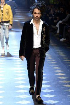 Dolce & Gabbana unveiled its Fall/Winter 2017 collection during Milan Fashion Week. Fashion Week Hommes, Mens Fashion Week, Winter Fashion, Men's Fashion, Grey Fashion, Fashion Weeks, Fashion Killa, Urban Fashion, Street Fashion