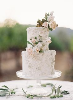 Love the texture on this wedding cake - Jose Villa Workshop – Napa