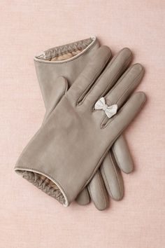 Grey gloves with cute bows for the winter:). NOT in leather or any other animal product, of course! Look Fashion, Fashion Beauty, Autumn Fashion, Diy Fashion, Womens Fashion, Mode Style, Style Me, Looks Party, Little Bow