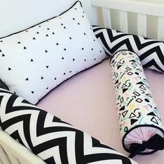 Para os babies mais modernos e as mamães mais ousadas, tem Kit Berço preto e branco com rosa. Super tendência para quarto de bebê. Baby Bedroom, Girls Bedroom, Take Me Home, Baby Decor, New Baby Products, Bed Pillows, Pillow Cases, Children, Montessori
