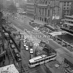 """Een foto, oktober 1971, van de pre-metrowerken te Antwerpen. Het kruispunt de Keyserlei en Frankrijklei ter hoogte van de """"Opera"""" zijn de werken al in volle uitvoering, ook de bouw van de """"Antwerp Tower"""" building is pas gestart."""
