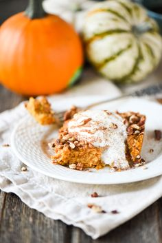 Get all the flavors of your favorite pumpkin dessert without all the fat and calories! This recipe for Pumpkin Spice Baked Oatmeal tastes just like a pie and is done in just 30 minutes from start t…