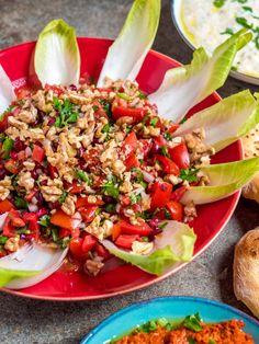 Tomat- og granateplesalat med valnøtter og endive - oppskrift / Et kjøkken i Istanbul