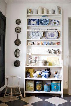 interiorsporn: via hus & hem Nice Big Houses, Interior Styling, Interior Design, Living Etc, Dining Decor, Dining Rooms, Kitchen Collection, Kitchen Shelves, Kitchen Storage