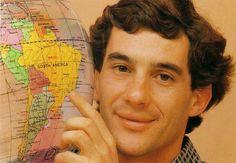 Ayrton Senna indicando a localização do Brasil no mapa.