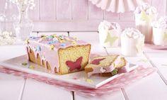Kastenkuchen mit einem süßen Schmetterling aus Marzipan in jeder Scheibe