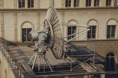 Mehr als 100 Jahre lang – zwischen 1864 und 1980 – erforschten und dokumentierten die Direktoren der Eidgenössischen #Sternwarte die Vorgänge auf der Sonne. Im Zentrum standen dunkle Stellen auf der #Sonnenoberfläche – die #Sonnenflecken. Ihre Anzahl ist ein einfaches und zuverlässiges Mass für die Sonnenaktivität. Die Comet Photo AG hat 1980 die Sternwarte in Zürich besucht und die Sonnenbeobachter beim Sonnenfleckenzeichnen beobachtet. Baby Strollers, Blog, Astronomical Observatory, Exploring, Centre, Darkness, Baby Prams, Strollers, Stroller Storage