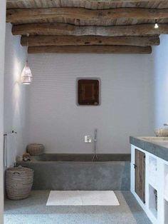 Idee per arredare il bagno in stile country - Bagno con soffitto con travi a vista