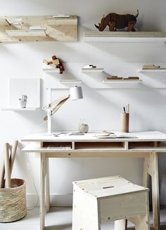 very simple and nice idea : shelf above the child desk + natural materials