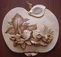 Jablko ptáčci Ceramic Wall Art, Ceramic Clay, Ceramic Pottery, Pottery Art, Tole Painting, Ceramic Painting, Mural Art, Bottle Art, Hobbies And Crafts