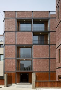 Facade The brick house of RKDS in New Delhi is a patchword inspired by the modern - Modern Brick House, Brick House Designs, Brick Design, Facade Design, Detail Architecture, Brick Architecture, Residential Architecture, Minimalist Architecture, Brick Cladding