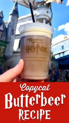 An easy Butterbeer Recipe thats a perfect homemade treat for all Harry Potter fans Making this copycat version of Universal Orlandos frozen Butterbeer recipe is as easy a. Harry Potter Desserts, Harry Potter Treats, Harry Potter Drinks, Harry Potter Food, Harry Potter Butterbeer, Harry Potter Videos, Harry Potter Recipes, Gin Drink Recipes, Beer Recipes