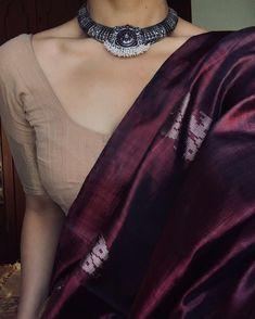 Beetroot silk saree with khadi cotton blouse Simple Sarees, Trendy Sarees, Stylish Sarees, Cotton Saree Blouse, Saree Blouse Neck Designs, Handloom Saree, Blouse Patterns, Cotton Blouses, Indian Attire