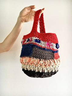 Small, comfortable round basket, comfortable and. A handbag with which to amaze and break the patterns of the usual small bags. Cotton lined Size: height 20 cm base diameter 16 cm handle length 27 cm T-shirt Au Crochet, Beau Crochet, Crochet Mignon, Crochet Shirt, Knit Or Crochet, Crochet Handbags, Crochet Purses, Unique Crochet, Beautiful Crochet