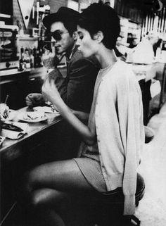 女の子の永遠のあこがれ、リトルブラックドレスにレッドルージュにピンヒール・・・オードリーヘップバーンのようなクラシックスタイルにロングヘアはトゥーマッチ!ピクシーカットでこなれたパリジェンヌを目指しましょう!