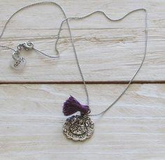 """#Collar de cadena con colgante de virgencita, con mensaje detrás de """"Cuídame Por fis"""" y un pompom."""