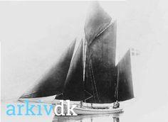 arkiv.dk | Fiskekvasen FEJØ (en såkaldt Fejø kutter) bygget på Fejø skibsværft 1898. Drivkvasen har tilhørt Chr. Nielsen og senest fisker Ole Strandby. Agtrupvig. Lokalhistorisk Forening for Sønder Bjært Sogn.