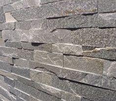 Koperen strips tussen de houten muurbekleding | Woonkamer ...