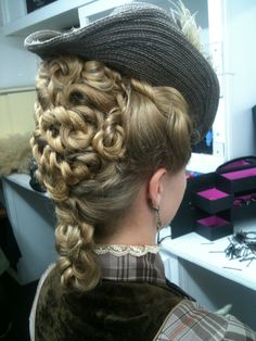 Historische Frisure When Sybil gets to wear fetching little hats instead of dreary mourning bonnets, Steampunk Hairstyles, Victorian Hairstyles, Vintage Hairstyles, Shag Hairstyles, Wedding Hairstyles, Big Hair, Your Hair, Historical Hairstyles, Hair Today