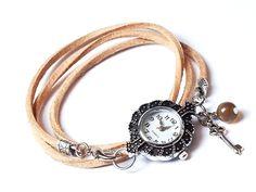 Ein absoluter Eyecatcher ist diese silberne Leder Armbanduhr in Vintage Optik, angefertigt aus naturfarbenen Lederbändern.