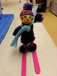Hiver skieur epingle a linge et chenille / skiing girl winter