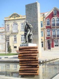 Estátua de Eça de Queiroz em Póvoa de Varzim, Portugal