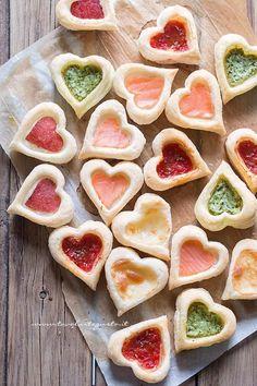 Cuori di pasta sfoglia, facili, golosi, mille gusti - Ricetta Cuori di Pasta Sfoglia -  hearts puff pastry