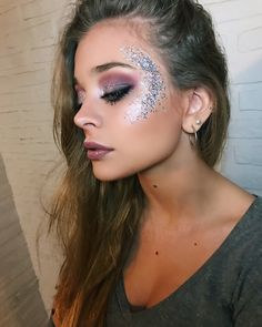 45 Cheap Festival Makeup Ideas That Look Amazing 2019 Page 32 of 45 Veguci Coachella Makeup Amazing Cheap festival Ideas makeup Page Veguci Music Festival Makeup, Festival Makeup Glitter, Glitter Makeup, Halloween Makeup Glitter, Festival Make Up, Festival Looks, Engel Make-up, Coachella Make-up, Alien Make-up