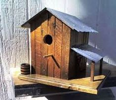 Made birdhouses out of pallets!  #Garden, #RecyclingWoodPallets #AnimalPalletHousesPalletSupplies Wood Bird Feeder, Bird House Feeder, Bird Feeders, Wooden Bird Houses, Bird Houses Diy, Barn Houses, Bird House Plans, Bird House Kits, Pallet Dog House