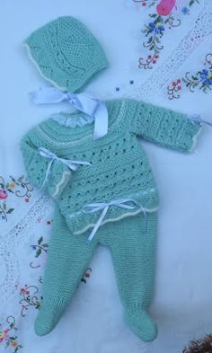 Crochet ideas that you'll love Baby Leggings Pattern, Baby Sweater Patterns, Baby Knitting Patterns, Knitting Designs, Baby Patterns, Arm Knitting Yarn, Knitting For Kids, Diy Knitting Projects, Baby Coat