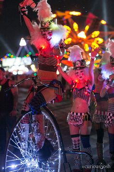 Best Electric Daisy Carnival costumes and outfits! #edc #electricdaisycarnival #insomniac