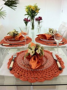 The crochet Sousplat is a piece that serves to complement the decoration of the dining table with sophistication, beauty and elegance. Table Place Settings, Table Setting Inspiration, Fall Decor, Holiday Decor, Dinning Table, Table Arrangements, Decoration Table, Crochet Doilies, Diy Halloween
