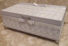 Caixa em MDF pintada com tinta PVA revestida com tecido 100% algodão.  Apliques em renda, chatons pérola e flores de cetim e organza.  Peça com pezinhos em metal para proteção.  Altura: 9.00 cm  Largura: 20.00 cm  Comprimento: 30.00 cm
