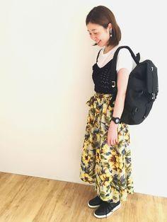 ニットビスチェ×Tシャツセット 透かし編みの柄と胸元のフリルがかわいい、秋カラーのニットビスチェ×Tシャツセットです。インナーを替えて、いろいろなコーデを楽しめます。大花柄で存在感のあるスカートとあわせました。