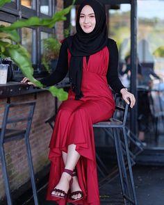Beautiful Muslim Women, Beautiful Hijab, Beautiful Asian Girls, Casual Hijab Outfit, Hijab Chic, Kareena Kapoor Bikini, Hijab Jeans, Cigar Girl, Beauty Full Girl