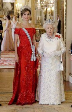 La reina Letizia apostó por el rojo y por la Tiara Flor de Lis, el emblema de los Borbones, mientras que la Reina de Inglaterra lució eligió como aderezo espectacular juego de aguamarinas cuadradas un regalo del Presidente y el pueblo de Brasil en 1953