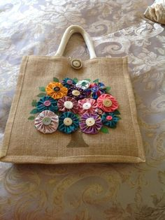 Burlap bag with tree in flower. Hessian Bags, Jute Bags, Hobbies And Crafts, Crafts To Make, Craft Patterns, Crochet Patterns, Burlap Purse, Dresden Plate Patterns, Sewing Crafts