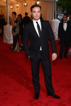 Spotted: Gossip Girl actor Ed Westwick looking devilishly delicious at the 2012 Met Gala dressed in a Prada tuxedo on May Chuck Bass Ed Westwick, Gossip Girl Chuck, Gossip Girls, Im Chuck Bass, Prada, Vogue Mexico, Met Gala Red Carpet, Best Dressed Man, Glamour
