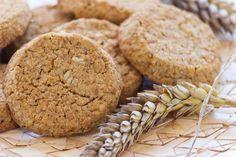 Domácí ovesné sušenky 1 hrnek ovesných vloček 1 hrnek špaldové celozrnné mouky 1/2 hrnku třtinového nerafinovaného cukru 1/2 hrnku sekaných vlašských nebo lískových ořechů 100 g řepkového oleje 3 lžíce medu 1 1/2 lžičky jedlé sody špetka skořice 4 lžíce libovolných semínek Healthy Cake, Vegan Cake, Healthy Snacks, Healthy Recipes, Sweet Cookies, Vegan Gluten Free, Food And Drink, Cooking Recipes, Yummy Food