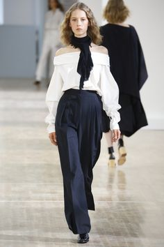 Lemaire Spring 2016 Ready-to-Wear Collection Photos - Vogue Lemaire is designed by Christophe Lemaire and Sarah-Linh Tran Fashion Week, Runway Fashion, Spring Fashion, Fashion Show, Fashion Looks, Net Fashion, Paris Fashion, Fashion Outfits, Moda Paris