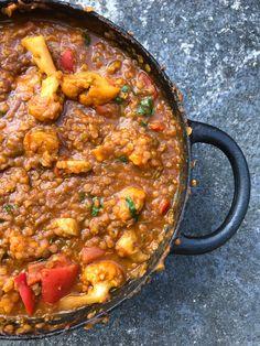 Indisk linsgryta med blomkål – Dahl Deluxe!   Jävligt gott - vegetarisk mat och vegetariska recept för alla, lagad enkelt och jävligt gott. Vegan Vegetarian, Vegetarian Recipes, Base Foods, Fish And Seafood, Veggie Recipes, Food For Thought, Food Inspiration, Curry, Good Food