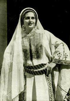 Ramallah - رام الله : Ramallah woman in traditional costume, mid. 20th c.