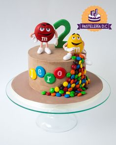Torta temática de m&m's con toppers en porcelanicrón / M&M'S cake for a sweet boy's Birthday. Red and Yellow were made of cold porcelain.