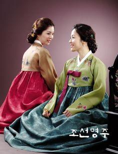 two ladies in traditional Korean hanbok Korean Traditional Dress, Traditional Dresses, Korean Dress, Korean Outfits, Korean Accessories, Modern Hanbok, Fashion History, Beauty, Historical Dress