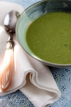 Green soup recipe that is vegan and gluten free with spinach broccoli and ginger. My favorite green soup! Fresh Broccoli, Broccoli Recipes, Soup Recipes, Cooking Recipes, Vitamix Recipes, Cleanse Recipes, Vegan Detox Soup, Vegan Soups, Vegetarian Meals